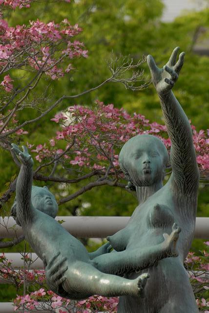 アイプラザの親子像