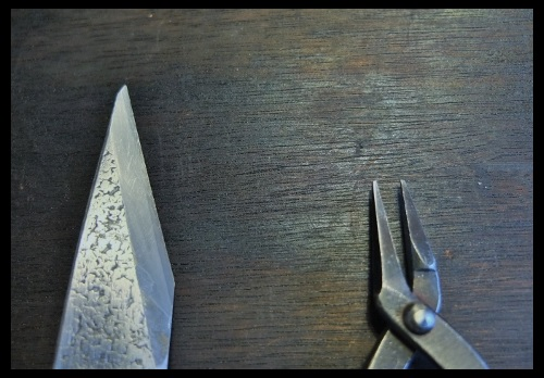 小刀とヤットコ。