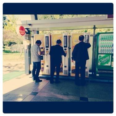 サービスエリアでコーヒーを買うアジョシ達。笑