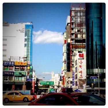 新村駅から延世路。現在工事中です。