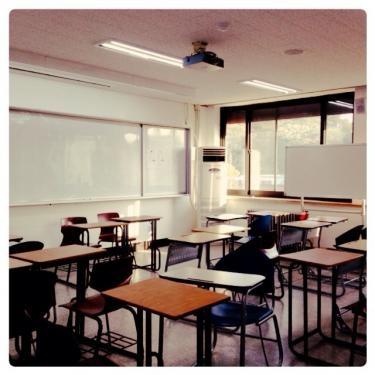 教室は語学学校に比べ広いです