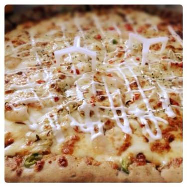 チーズたっぷりのピザ。