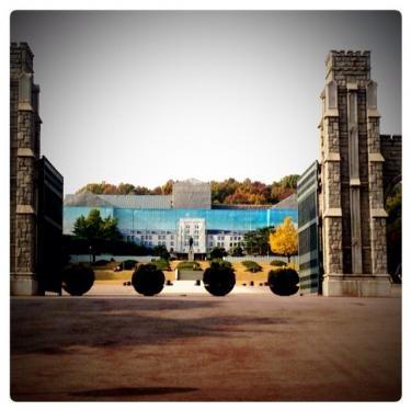 高麗大学正門前。只今工事中の為・・絵のキャンパスがお出迎え。笑