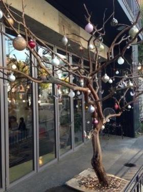 クリスマス仕様の中にも日本を感じるものが・・。