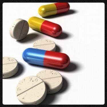韓国の薬は大きく、効き目が強く(笑)色もスゴイです。