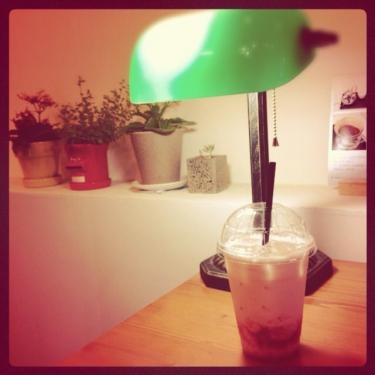 이대(イデ)近くにあるカフェのイチゴラテ。