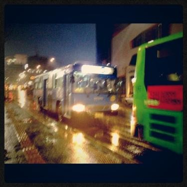 停留所に止まるバス。