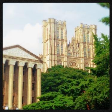 大学内の建物はどこか外国に来たよう。