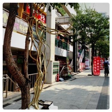 弘大正門通りも作品が展示されていました