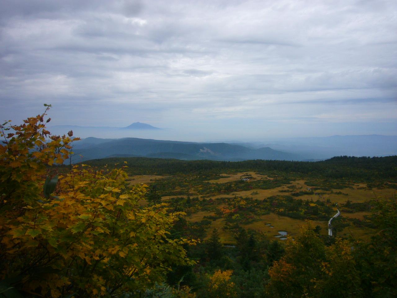八甲田大岳からの下りから毛無岱と岩木山H25.9.30
