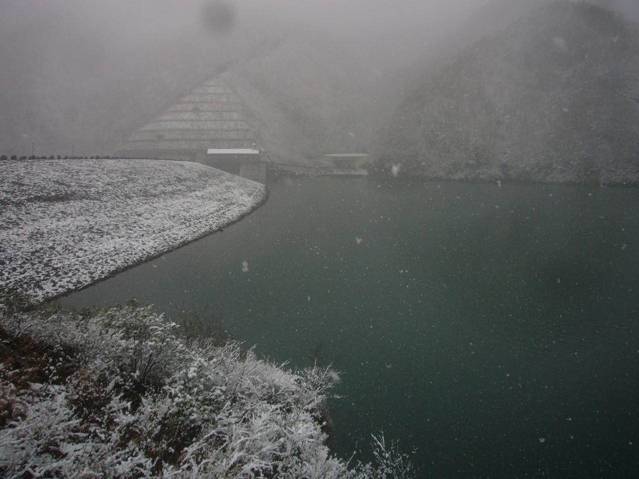 雪の徳山ダム水面 H26.12.02