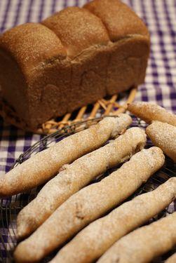 レーズン酵母の黒山・柿酵母のスティックパン