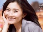 篠原涼子 セクシー 笑顔 唇 顔アップ カメラ目線 頬杖 化粧品ポスター 女優 顔射用ぶっかけ用オナペット 高画質エロかわいい画像3