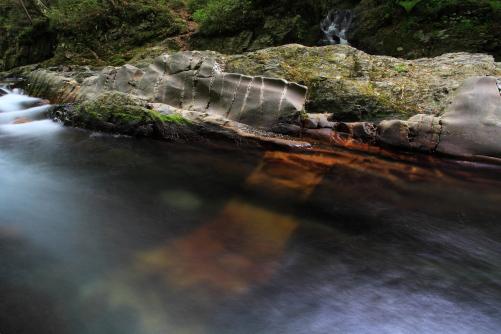 蛇石・川床にも鉱脈が走っているのが確認できます