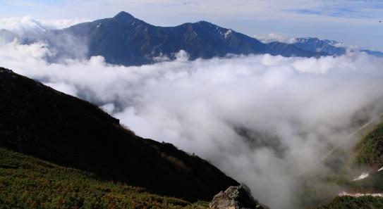 雲海に浮く北岳