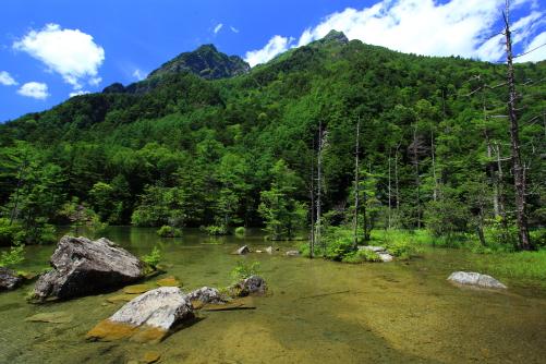 穂高神社の神域・明神池と明神岳