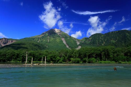 雲の映える焼岳と梓川の清流