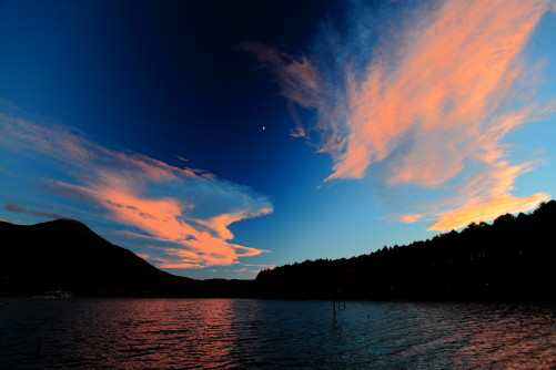 暮れなずむ女神湖