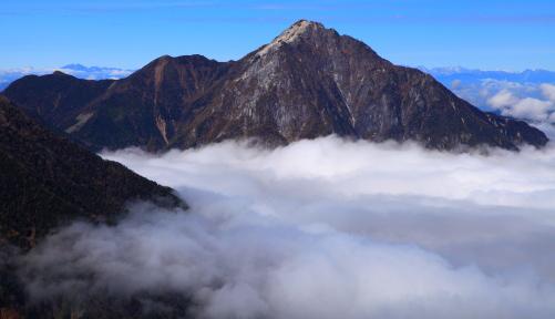 雲海に浮かぶ甲斐駒ヶ岳