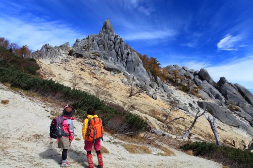 地蔵ヶ岳と対峙する山ガール