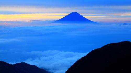 雲上の霊峰富士