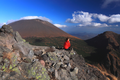 眺望を楽しみながら休憩する登山者