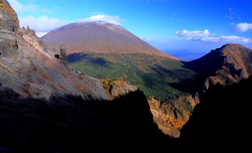 赤ゾレの頭北稜鞍部付近から浅間山を望む
