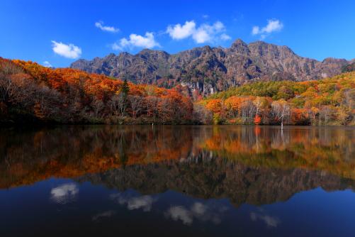 鏡池に映える紅葉の西岳