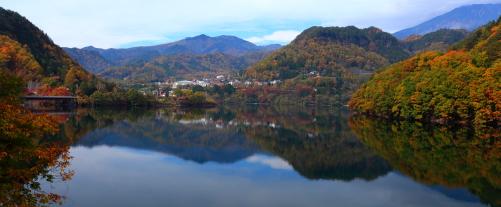 湖面に映える王滝の集落と御嶽山