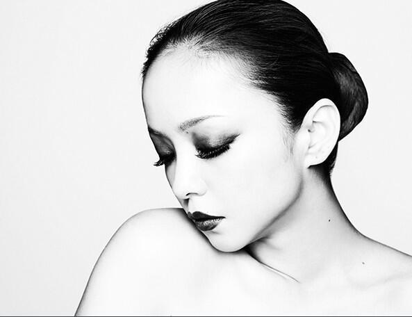 モードなモノクロの安室奈美恵