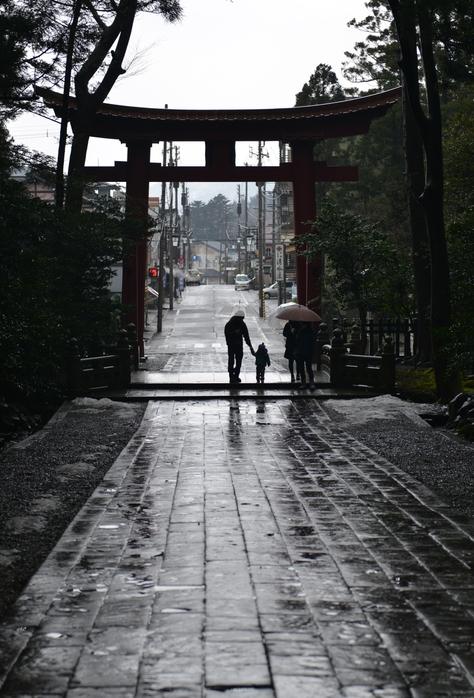 雨の神社-2