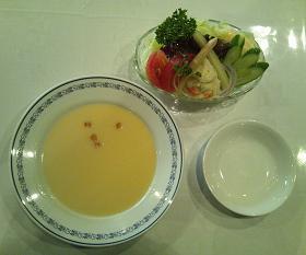 ポタージュスープとサラダ