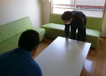机とソファー搬入