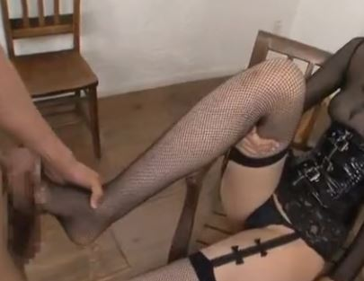 大きな足裏の司ミコトがガーターストッキングで足コキ足射のサンプル足フェチDVD画像2