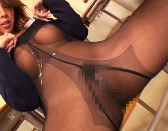 黒ギャルの希咲エマがパンスト履いて足フェチ君に足コキのサンプル足フェチDVD画像2