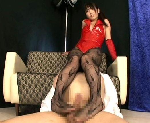 女王様の柄網タイツの足コキで大量射精する足フェチM男のサンプル足フェチDVD画像4