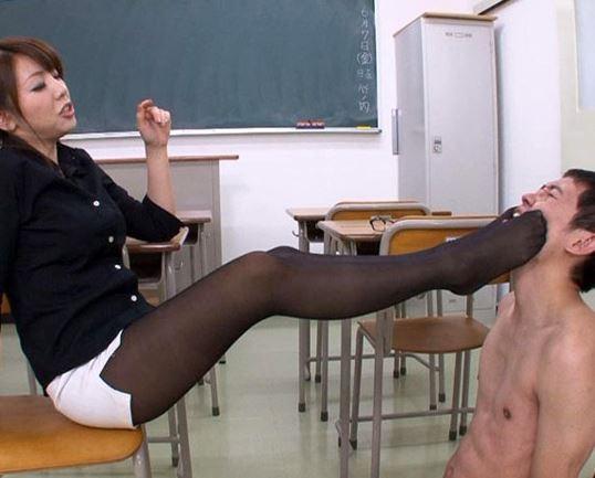 女教師の臭い小便ぶかっけ&パンスト足コキやヒールコキのサンプル足フェチDVD画像1