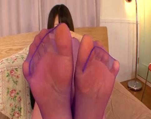 蒸れて臭い紫カラータイツ足裏の足臭を嗅ぎながら足コキのサンプル足フェチDVD画像4