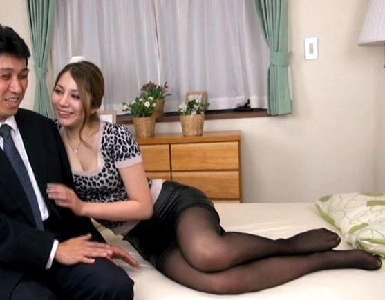ヤリマンな若妻がパンスト美脚で誘惑し足コキ&膣内射精のサンプル足フェチDVD画像1