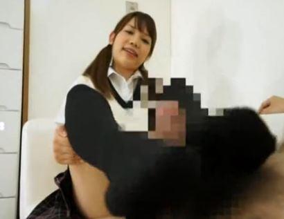 黒ニーハイソックスのJK娘がお兄ちゃんに足コキご奉仕のサンプル足フェチDVD画像4