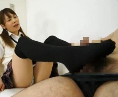 黒ニーハイソックスのJK娘がお兄ちゃんに足コキご奉仕のサンプル足フェチDVD画像3