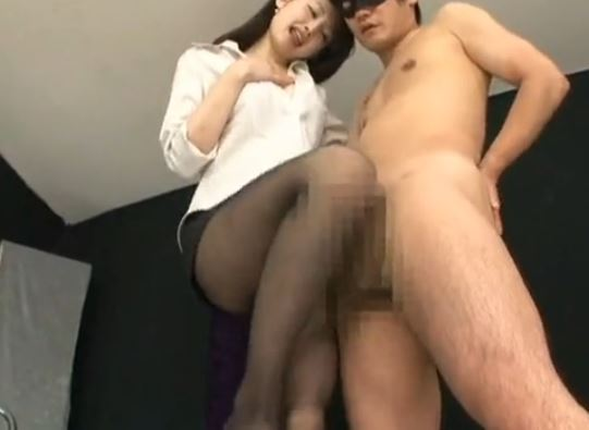 エロ過ぎる水嶋あずみの黒パンスト足コキや着衣SEXのサンプル足フェチDVD画像2