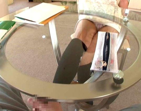 パンチラ挑発してくる橘ひなたのハイソックス足コキで足射のサンプル足フェチDVD画像2