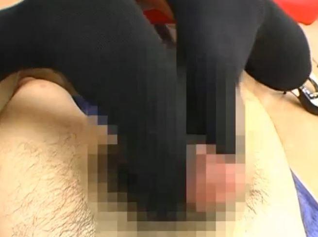 黒ニーハイソックスのM字開脚足コキで足裏に大量足射のサンプル足フェチDVD画像4