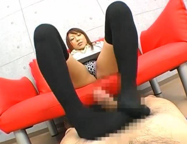 黒ニーハイソックスのM字開脚足コキで足裏に大量足射のサンプル足フェチDVD画像2