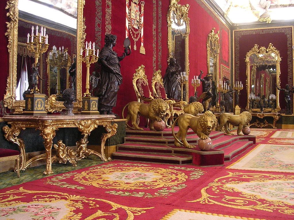 Salón del Trono. Las pinturas del techo son de Tiepolo, mientras que las paredes están forradas con terciopelo bordado con hilo de plata.