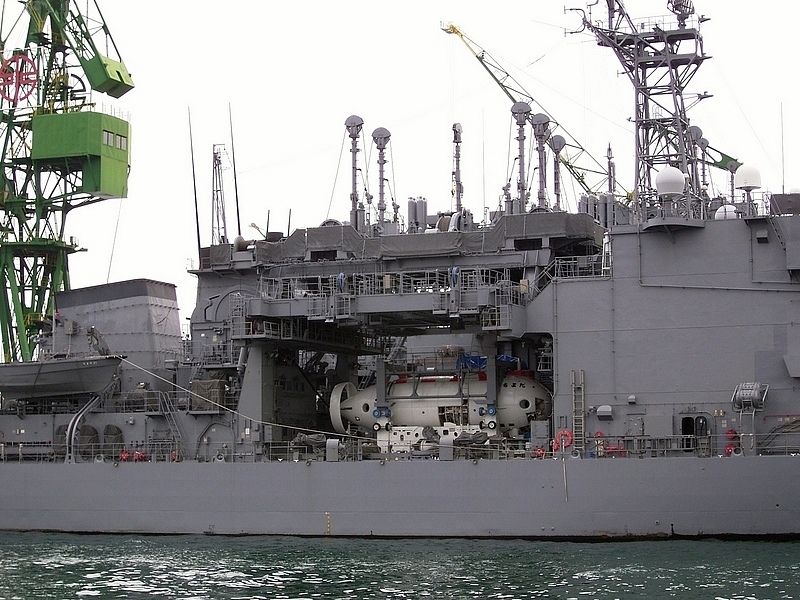 艦の中央部に深海救難艇を準備している