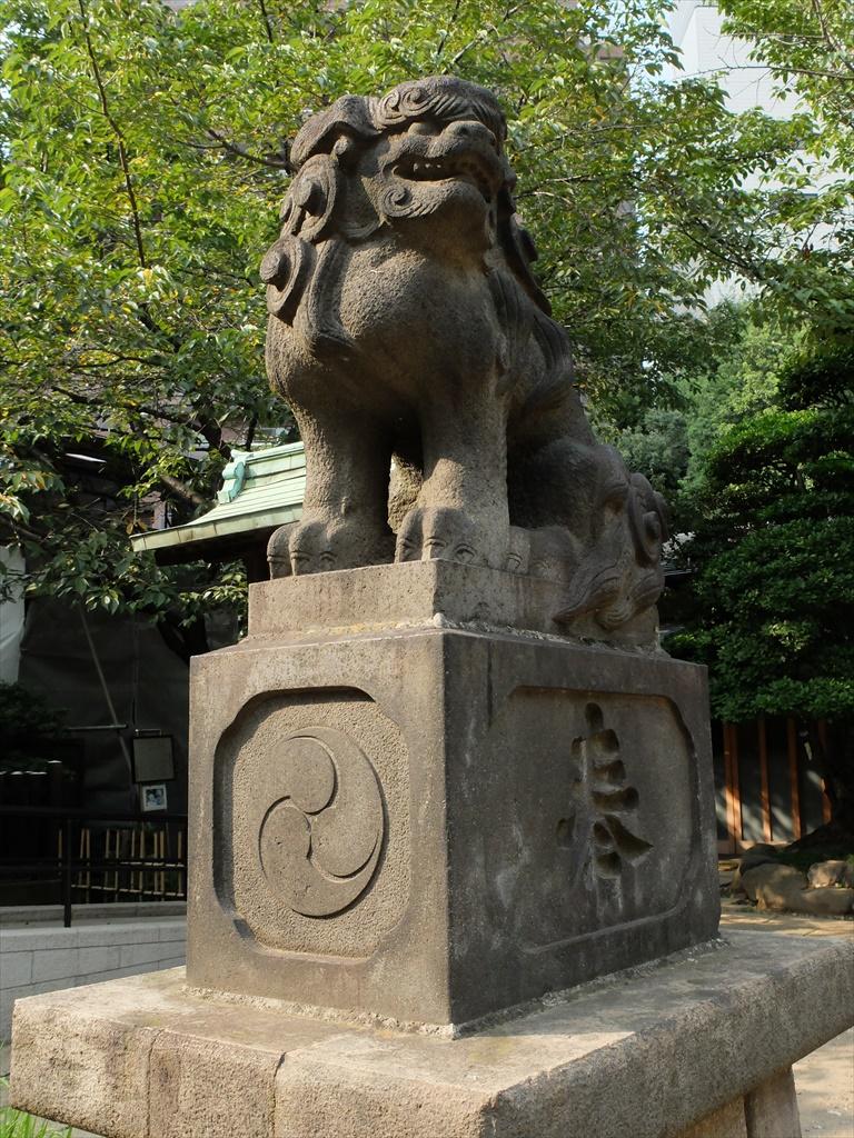 社殿に奉納された狛犬_1