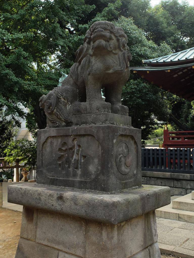 社殿に奉納された狛犬_2