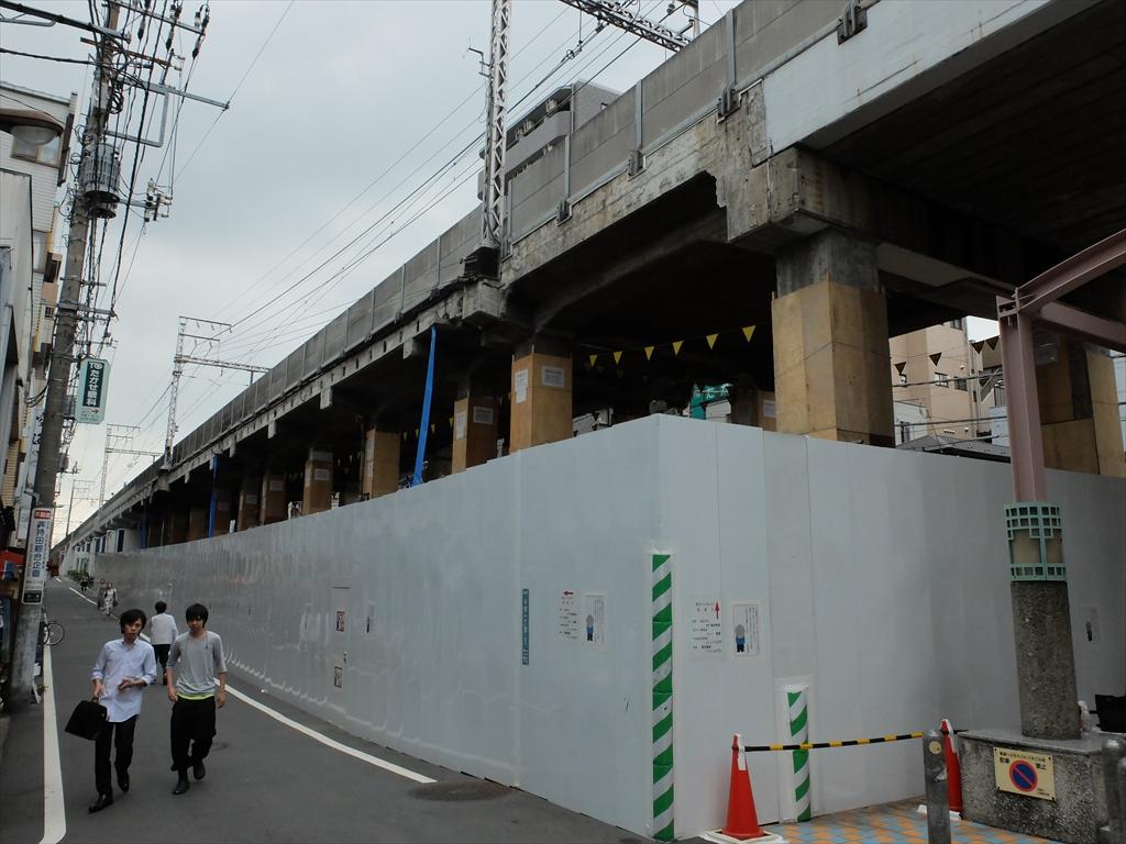 高架下の耐震補強工事中